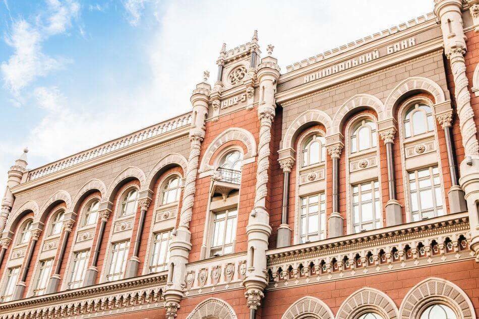 НБУ разрешил банкам и небанковским организациям выводить валюту за рубеж